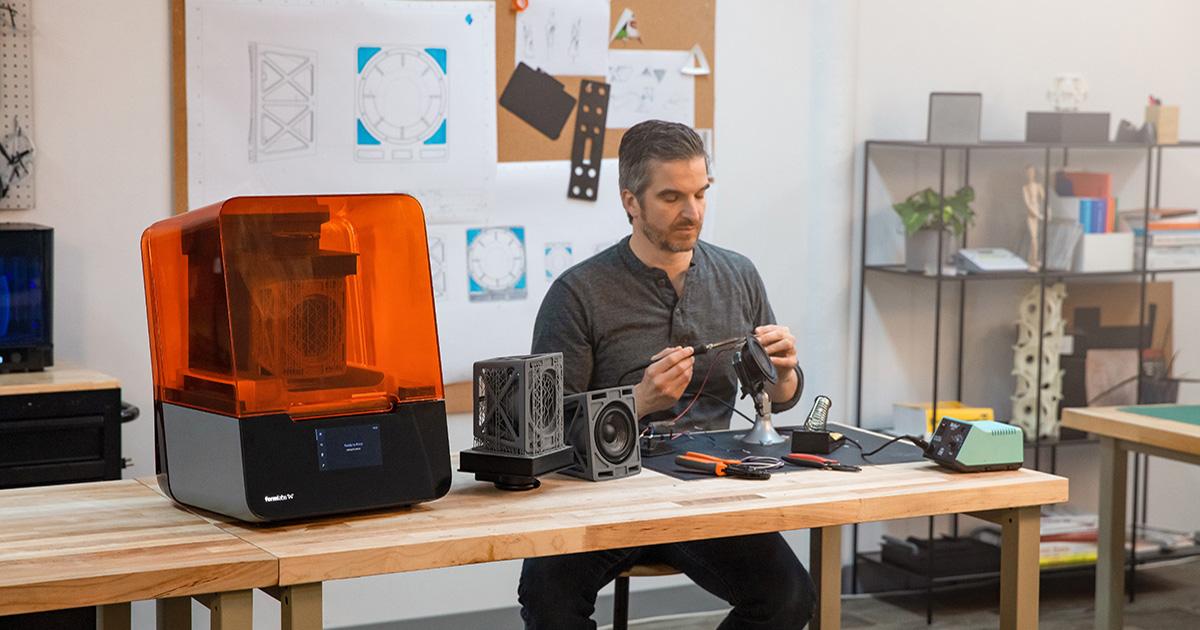 technicien utilisatant imprimante 3D Formlabs Form 3
