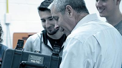 Deux ingénieurs regardant matériau Ultimaker